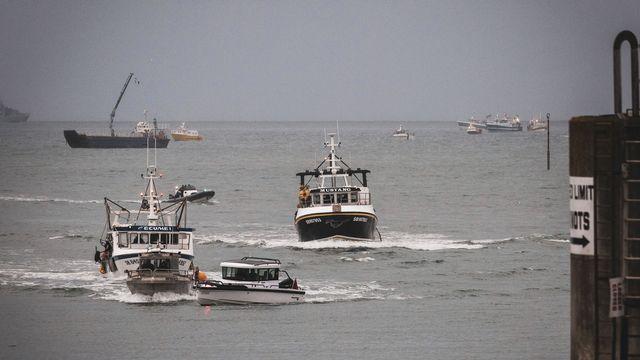 Les pêcheurs français devant l'entrée du port de Saint-Hélier, à Jersey, 06.05.2021. [Oliver Pinel - AP/Keystone]
