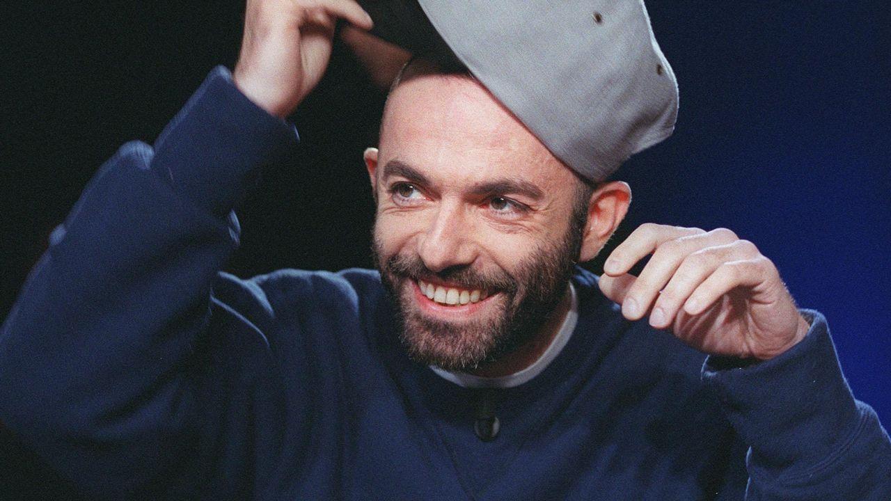 """L'écrivain Guillaume Dustan plaisante sur le plateau de l'émission littéraire """"Campus"""" sur France 2, le 07 mars 2002 à Paris. SYLVAIN ESTIBAL AFP [SYLVAIN ESTIBAL - AFP]"""