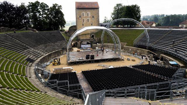 Montage de la scène couverte de l'opéra d'Avenches dans les arènes romaines, le 14 juin 2018. [Jean-Christophe Bott - Keystone]