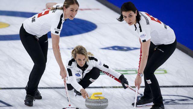 La skip Silvana Tirinzoni, Melanie Barbezat (à gauche) et Esther Neuenschwander n'ont perdu qu'un match à Calgary. [Jeff McIntosh - Keystone]