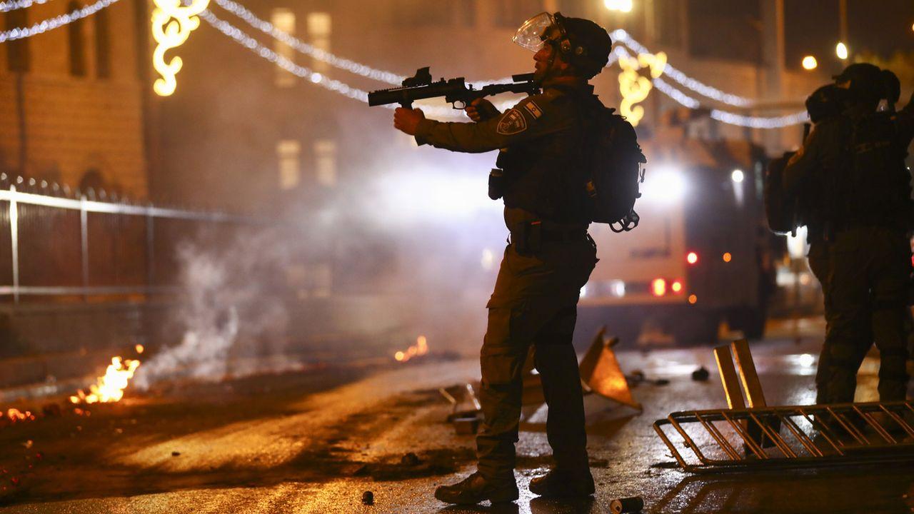Policiers israéliens face aux protestataires à la Porte de Damas, à Jérusalem, 08.05.2021. [Oded Balilty - Keystone]