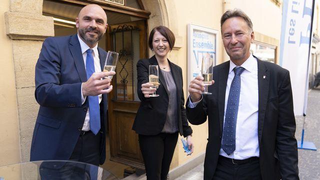 Les trois élus PLR, Laurent Favre, Crystel Graf et Alain Ribaux, célèbrent leur élection au Conseil d'Etat neuchâtelois, le dimanche 9 mai 2021. [Laurent Gillieron - Keystone]