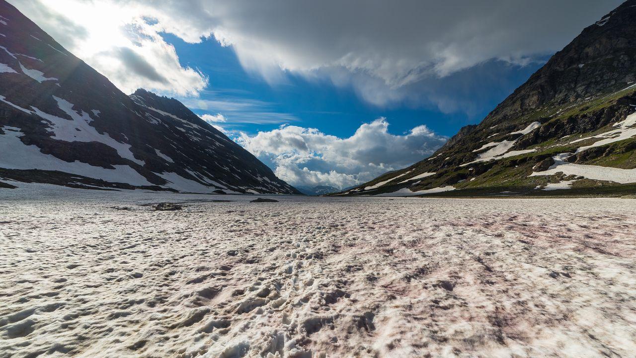 Neige fondante rouge à haute altitude dans les Alpes. [fbxx - depositphotos]