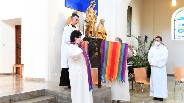 Bénédiction d'un couple de femmes dans une église de Munich, 09.05.2021. [Felix Hörhager - DPA/Keystone]