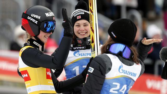 Maren Lundby (gauche) et les Norvégiennes pourront désormais concourir en équipe mixte. [Yuri Kochetkov - Keystone]
