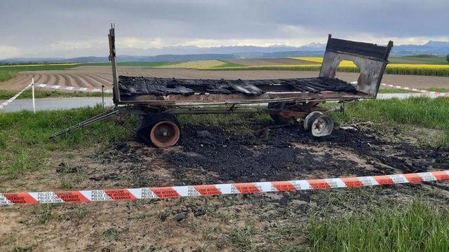 Un char des opposants aux initiatives du 13 juin incendié dans la Broye vaudoise à Villars-le-Grand. [Prométerre]