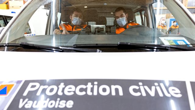 Equipe de vaccination mobile de la protection civile vaudoise. [Cyril Zingaro - Keystone]