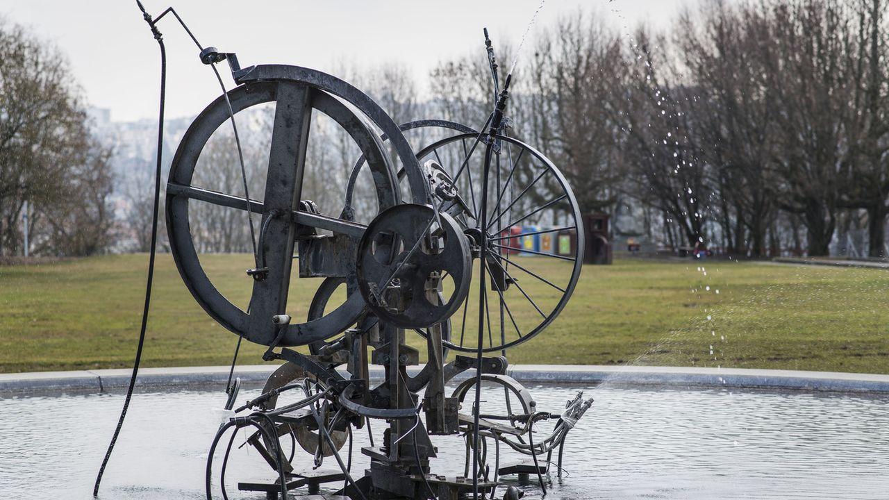 La fontaine de l'artiste fribourgeois Jean Tinguely, dédiée au coureur automobile Jo Siffert. [Christian Beutler - Keystone]