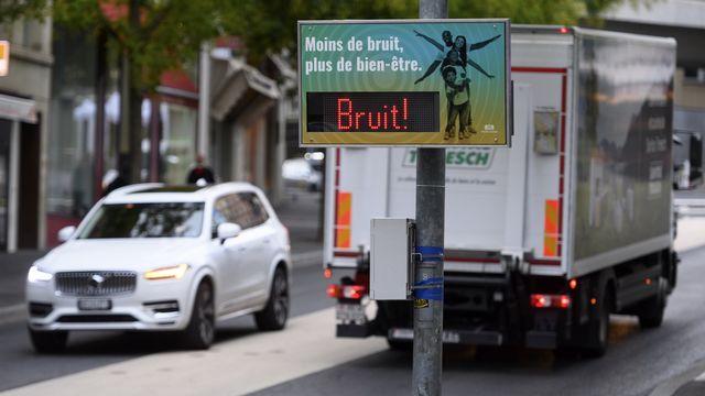 Panneau de sensibilisation au bruit des véhicules en ville de Lausanne. [Laurent Gilliéron - Keystone]