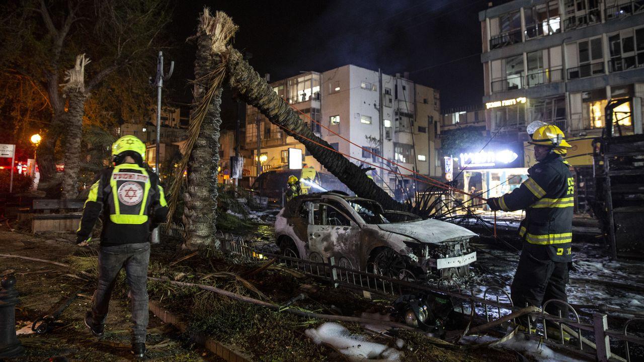Des pompiers israéliens à l'oeuvre sur le site d'impact d'une roquette à Tel Aviv, le 11 mai 2021. [Heidi Levine - Keystone]