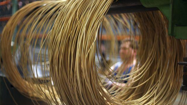 Des câbles de cuivres dans l'usine de Swissmetal à Dornach (SO). [Gaetan Bally - Keystone]