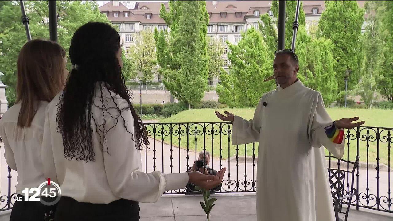 Des couples homosexuels bénis à Zürich par des prêtres opposés à la position du Vatican. [RTS]