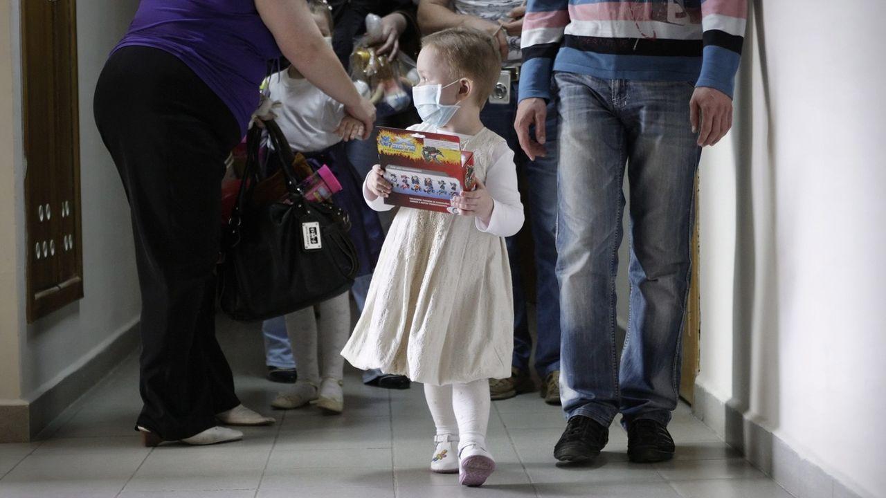 Le congé pour enfants gravement malades pourra être partagé entre les deux parents (photo d'illustration). [Tatyana Zenkovich - EPA/Keystone]