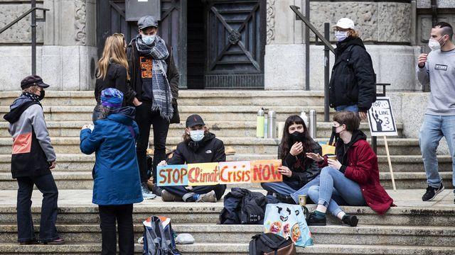 Rassemblement de solidarité pour les militants climatiques avant le procès qui a débuté mercredi à Zurich. [Alexandra Wey - Keystone]