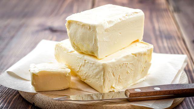Plateau de beurre sur une table en bois rustique. [yelenayemchuk - Depositphotos]