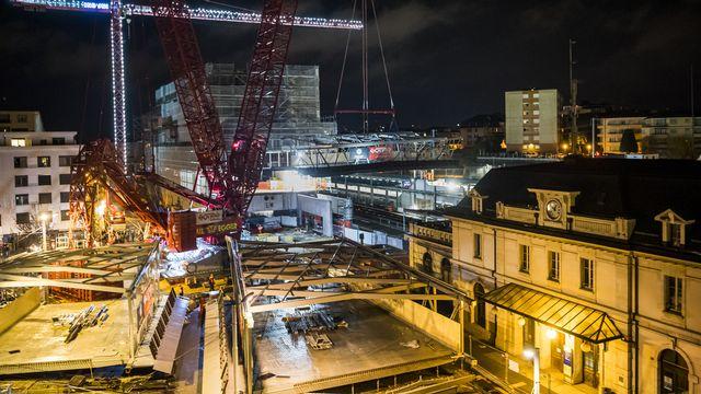 Certains travaux ont dû être effectués de nuit à la gare de Renens. [Jean-Christophe Bott - Keystone]