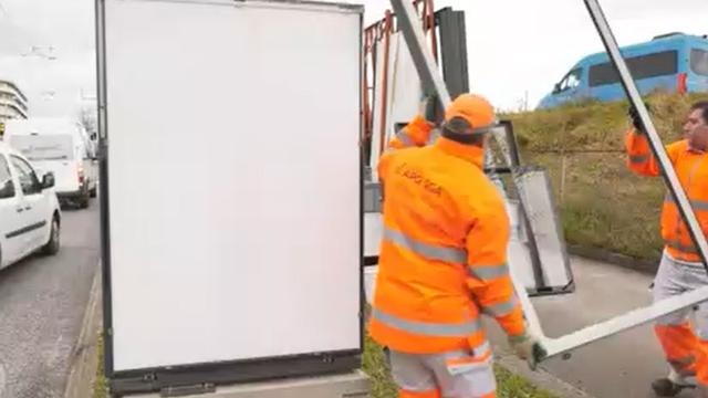 De nombreux panneaux publicitaires ont été vandalisés ces derniers mois à Lausanne. [RTS]