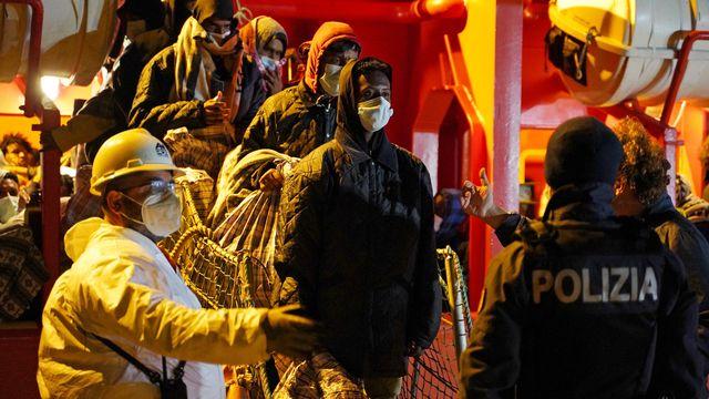 Des migrants débarquent sur l'île de Lampedusa, le 11 mai 2021. [Antonio Parrinello - Reuters]