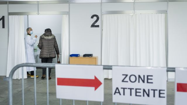 Dès lundi, la capacité passera à 20'000 vaccinations par semaine en Valais. [Jean-Christophe Bott - Keystone]