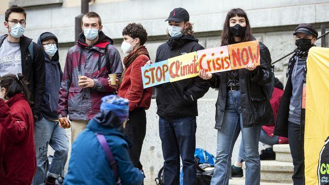 Des manifestants s'étaient réunis devant le tribunal de Zurich pour soutenir les activistes du climat. [Alexandra Wey - Keystone]