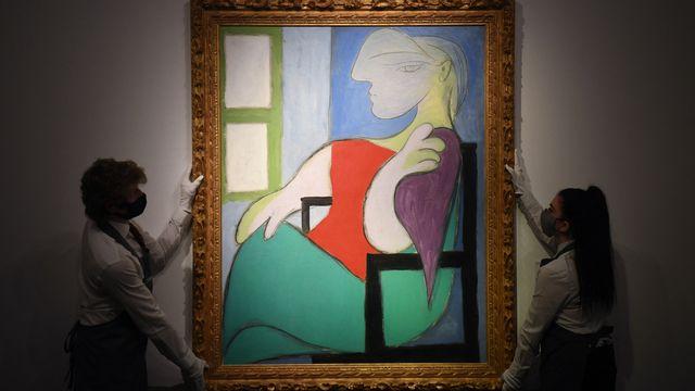 """""""Femme assise près d'une fenêtre (Marie-Thérèse)"""" de Pablo Picasso a été vendu pour plus de 103 millions de dollars le 13 mai 2021 à New York. [DANIEL LEAL-OLIVAS - AFP]"""
