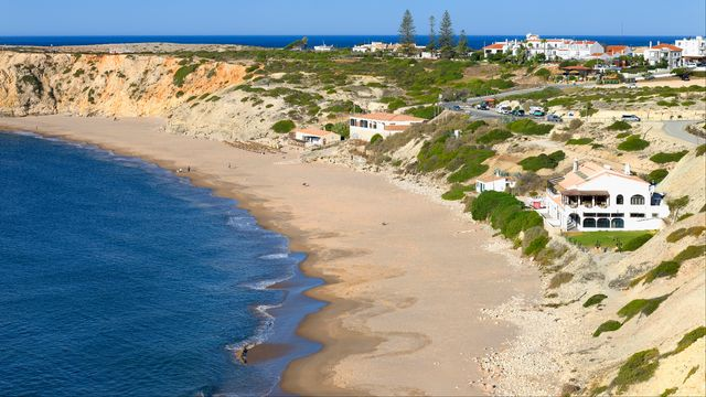 Les plages portugaises, ici Mareta beach à Faro, devraient se remplir cet été. [Robert Harding - afp]