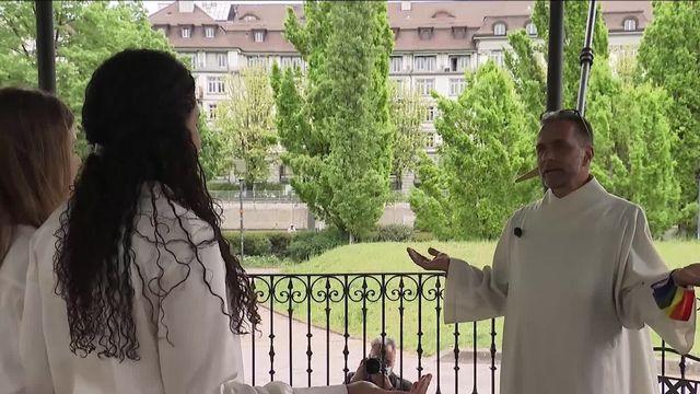 L'aumônier Meinrad Furrer a béni publiquement Eli et Jill à Zurich (mai 2021). [C. Brichet - Capture d'écran / C. Brichet / SRF]