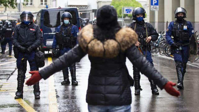 La police est intervenue lors d'une manifestation anti-Covid à Berne. [Peter Klaunzer - Keystone]