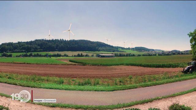 Dans le canton de Fribourg, l'installation de plusieurs parcs éoliens suscite des tensions. Les électeurs auront le dernier mot [RTS]