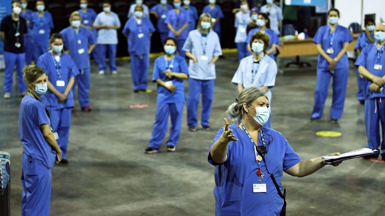 Du personnel médical photographié le 29 mars 2021 dans un centre de vaccination à Belfast. [Clodagh Kilcoyne - Reuters]