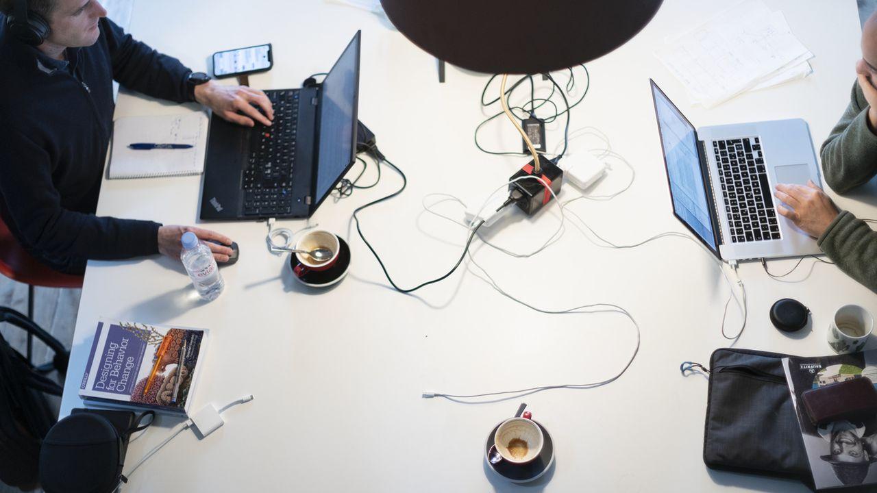 Travailler plus de 55 heures par semaine augmente le risque de décès (image d'illustration). [Gaetan Bally - Keystone]