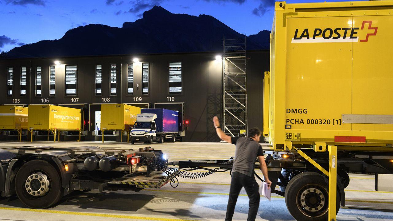 Un camion de La Poste contenant des paquets devant le centre de tri régional de Vétroz (VS). (image d'illustration) [Laurent Gillieron - Keystone]