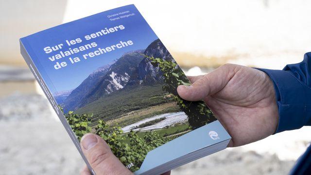 Le livre du premier guide de randonnée en Suisse permettant d'explorer à pied des sites valaisans de recherche.  [SANDRA HILDEBRANDT - KEYSTONE]