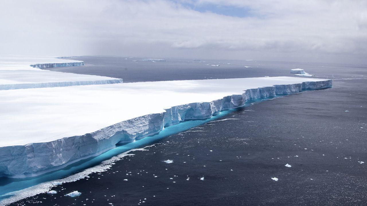 Un autre iceberg, le A68a, qui comptait à ce moment-là parmi les plus grands jamais repérés, photographié le 23 décembre 2020 dans l'Atlantique Sud. [Phil Dye - AP/Keystone]