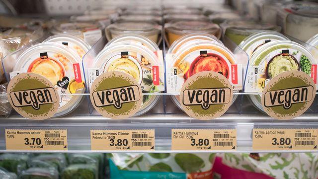 """Les rayons des supermarchés suisses présentent de nombreux produits labellisés """"végane"""". [Keystone]"""