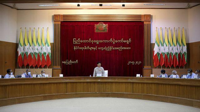 La commission électorale nommée par la junte en Birmanie s'est réunie le 21 mai, et décidé la dissolution du parti d'Aung San Suu Kyi. [AP/Keystone]