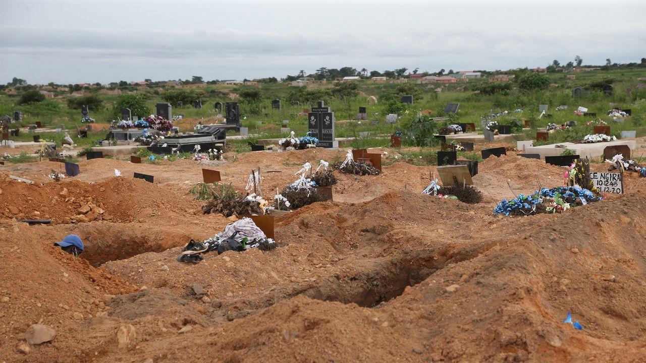 Des tombes creusées pour des victimes du Covid-19 au Zimbabwe, le 18 janvier 2021. [Aaron Ufumeli - Keystone/epa]