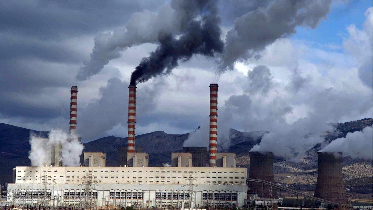 La centrale à charbon d'Agios Dimitrios, au nord de la Grèce. Elle est considérée comme l'une des plus polluantes d'Europe. [Christos Bletsos - Keystone/EPA]