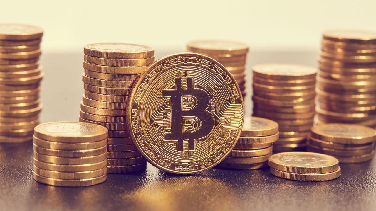 Gros plan sur des pièces ornées d'un logo Bitcoin. [strelok - Depositphotos]