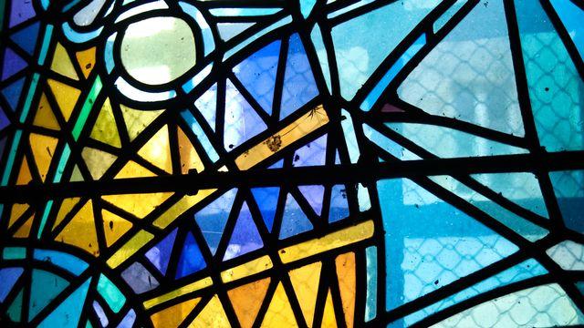 Un vitrail de l'église Saint-Maximin à Metz, France. [Marie Bellando-Mitjans - Unsplash]
