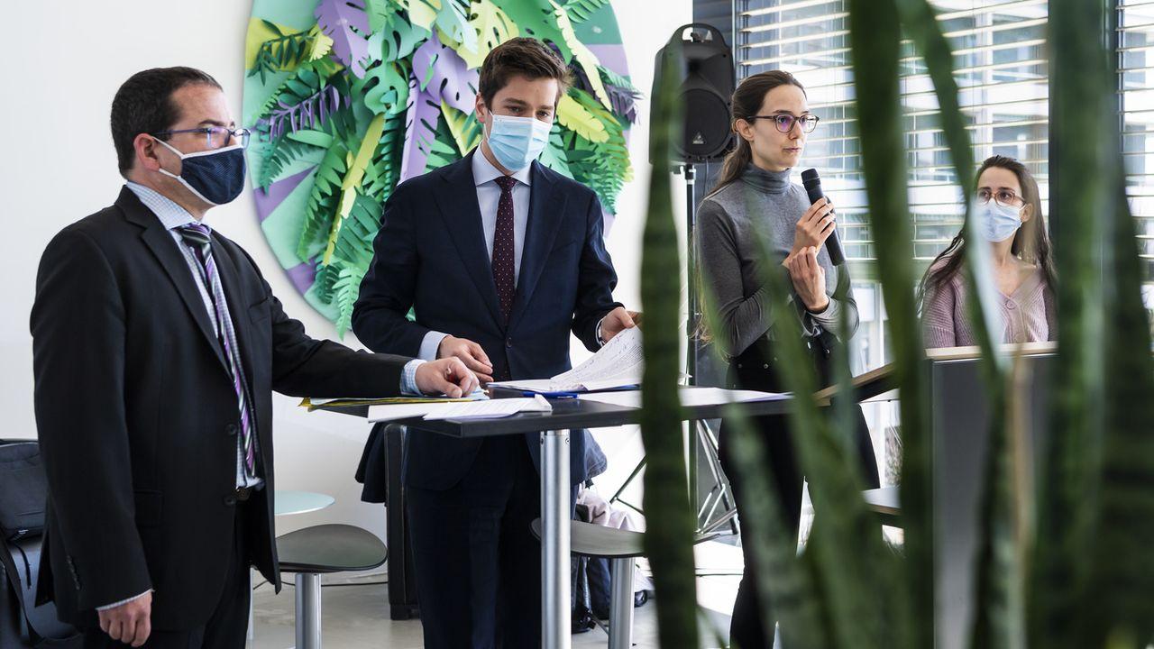 Deux des activistes et leurs avocats devant la presse à Fribourg, 24.03.2021. [Jean-Christophe Bott - Keystone]