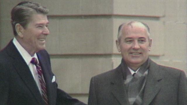Ronald Reagan et Mikhaïl Gorbatchev à Genève en 1985. [RTS]