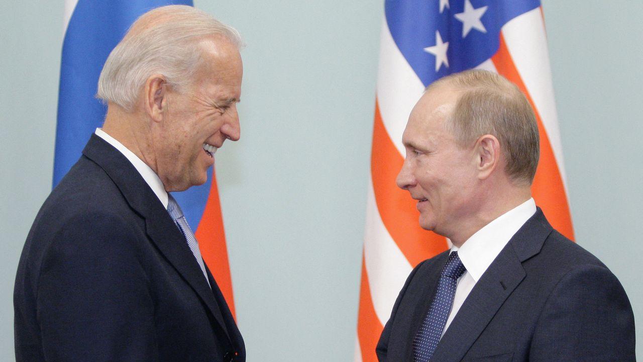 """Poignée de main entre Vladimir Poutine et Joe Biden, alors que ce dernier n'était encore """"que"""" vice-président des Etats-Unis, le 10 mars 2011 à Moscou. [ALEXEY DRUZHININ  - AFP]"""
