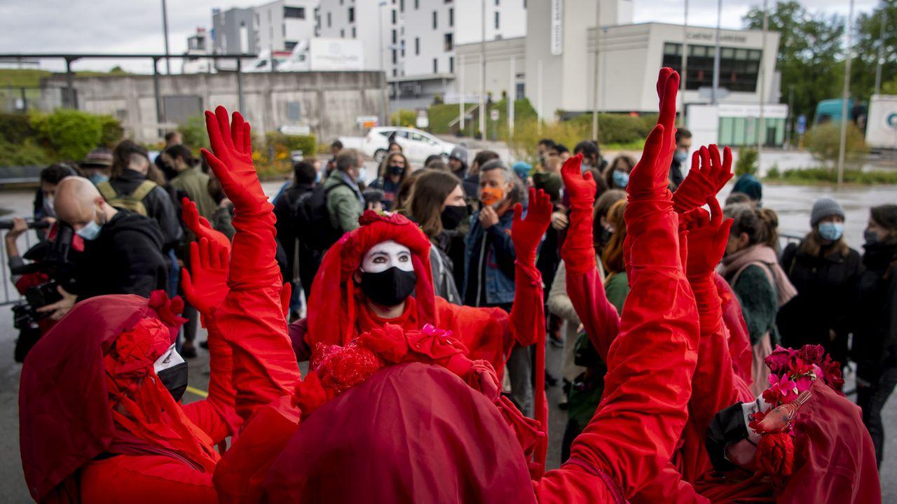 Des membres d'Exinction rebellion à l'ouverture du procès de 31 activistes du climat, le 25 mai 2021 à Fribourg. [Jean-Christophe Bott - Keystone]