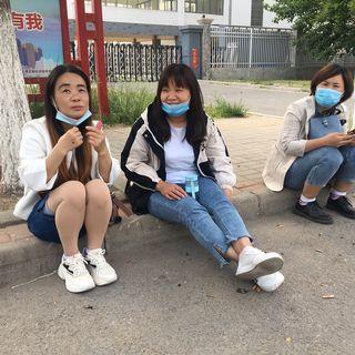 """Ces ouvrières migrantes viennent de décrocher un emploi dans une usine de vélo à l'est de Pékin: """"On fait plus d'heures supplémentaires et donc on gagne mieux que dans les usines de portables""""  [RFI]"""