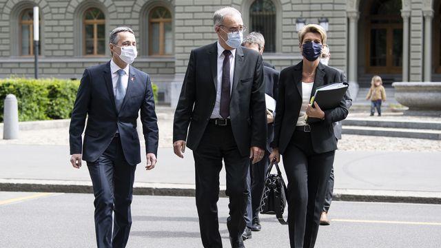 Les conseillers fédéraux Ignazio Cassis, Guy Parmelin et la conseillère fédérale Karin Keller-Sutter en route pour la conférence de presse sur l'accord-cadre avec l'Union européenne à Berne le 26 mai 2021. [Peter Schneider - Keystone]