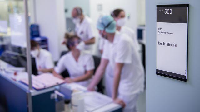 Le personnel infirmier d'une unité de soins intensifs du CHUV en réunion. [Jean-Christophe Bott - KEYSTONE]