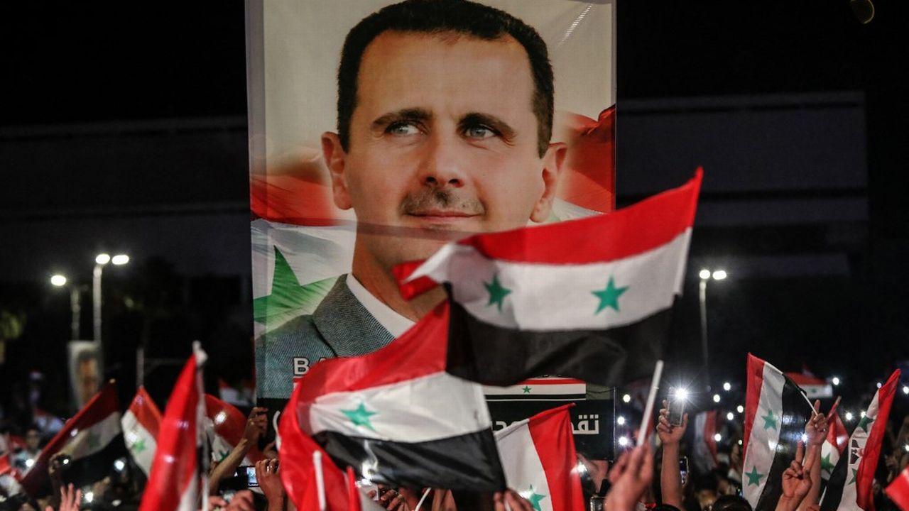 Avant même l'annonce des résultats officiels, alors que le dépouillement des votes prenait fin, des dizaines de milliers de Syriens se sont rassemblés dans plusieurs villes du pays. [Louai Beshara - afp]