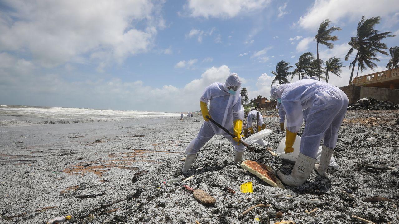 Une plage du Sri Lanka est polluée par des tonnes de plastique d'un navire en feu. [Chamila Karunarathne - Keystone/EPA]