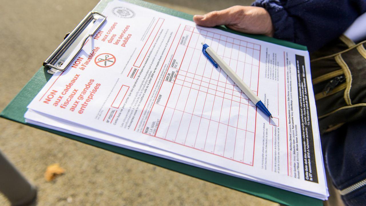 Les personnes qui récoltent des signatures contre rémunération pourraient être amendées à Neuchâtel. [Jean-Christophe Bott - Keystone]